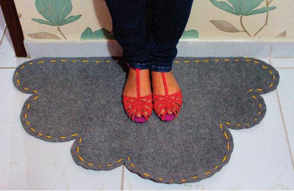 Tapete Feito De Carpete, No Formato De Nuvem
