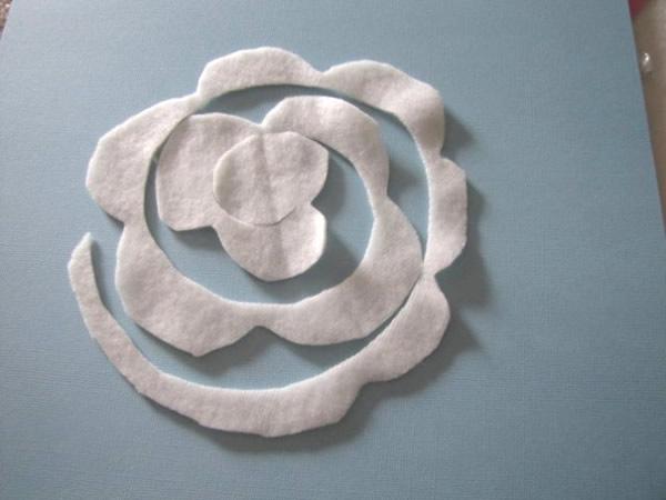 almofada-feita-de-rosas-de-feltro 1
