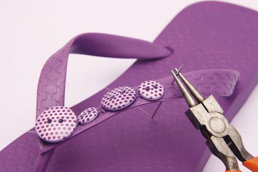 chinelo-decorado-com-botões-passo 2