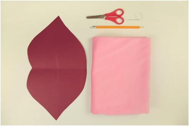 Almofada Boca Em Tecido - Material