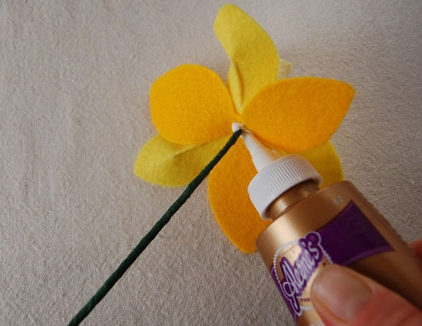 Bouquet Narcisos em feltro cola