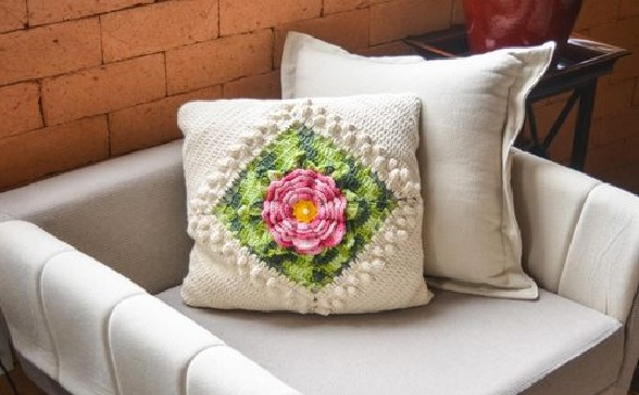 Almofada Envelope Flor Rosa Crochê – Material e Receita