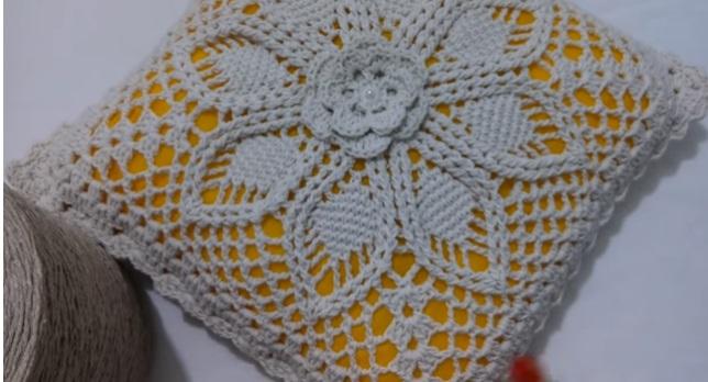 Almofada Flor Em Relevo de Crochê